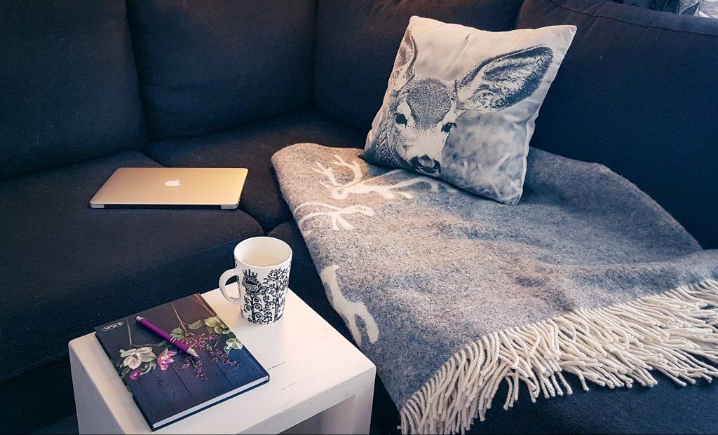 Kirjoitusvireen saamiseksi kirjoittaessa sohvan nurkkaus, kahvikuppi ja kynttilä luovat oikeaa tunnelmaa.