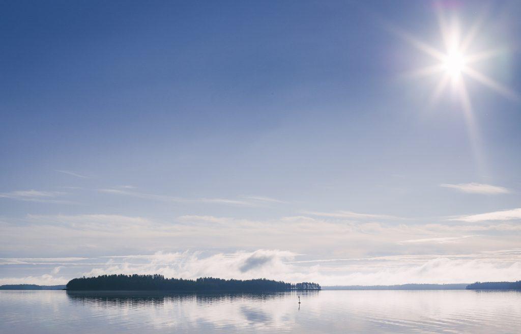 Tyyni järvi kauniin kesäisenä päivänä.