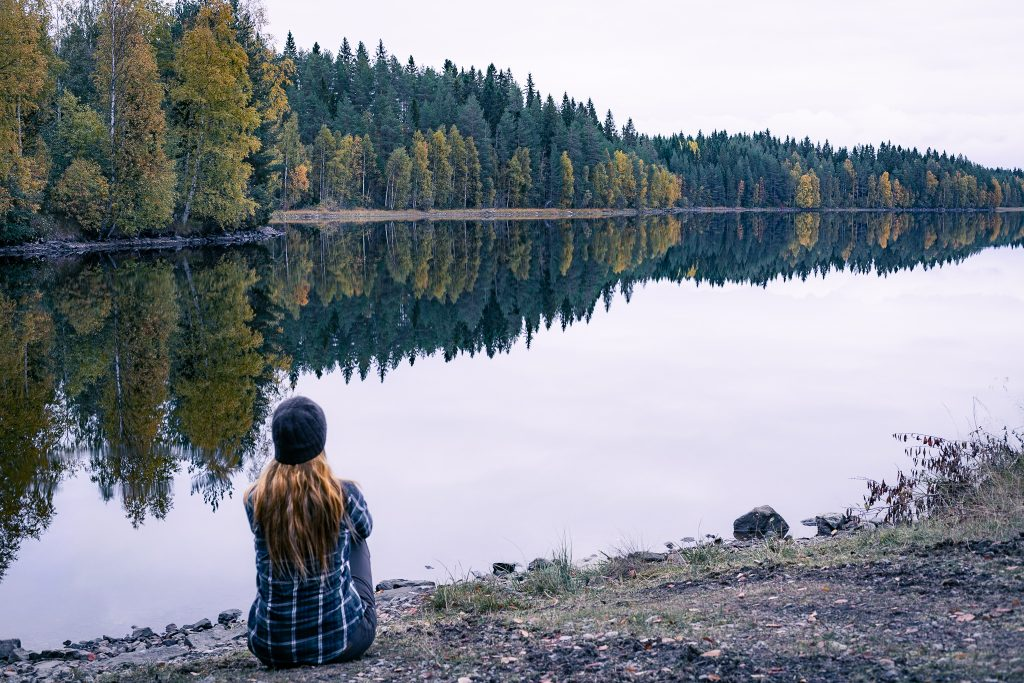 Ruskaheijastuksia pelityynessä järvenpinnassa.