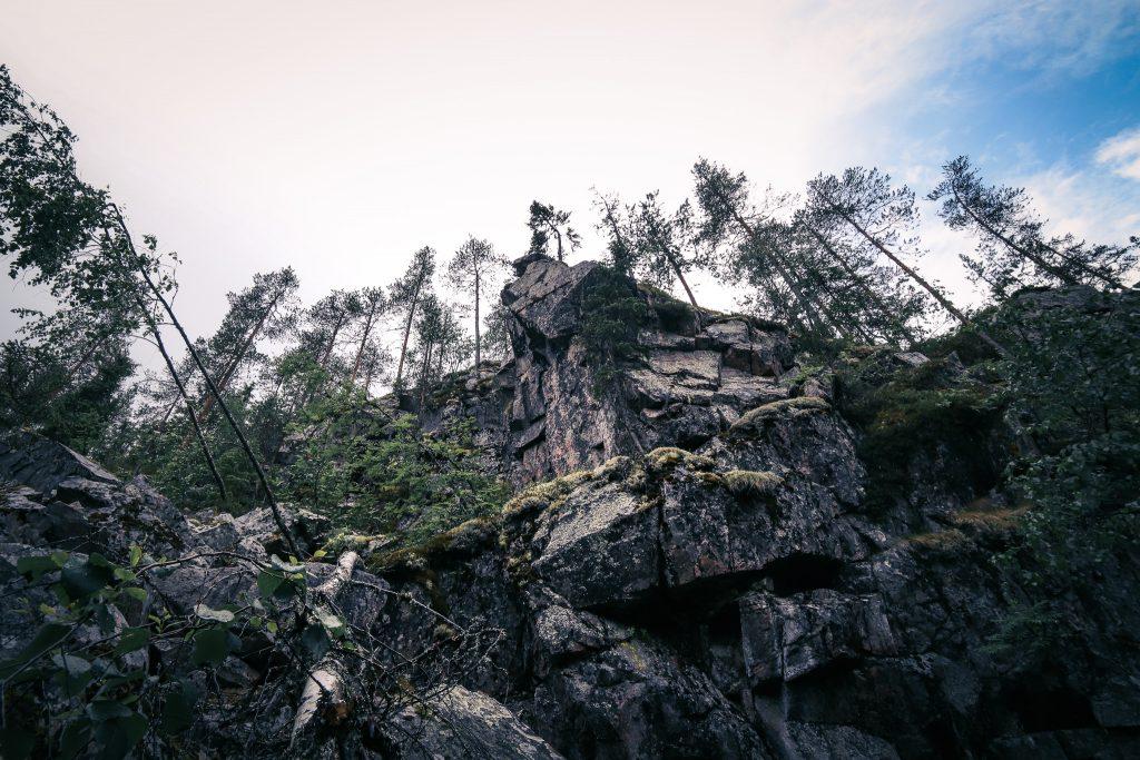Hiidenportin rotkolaakson jylhät kalliot.