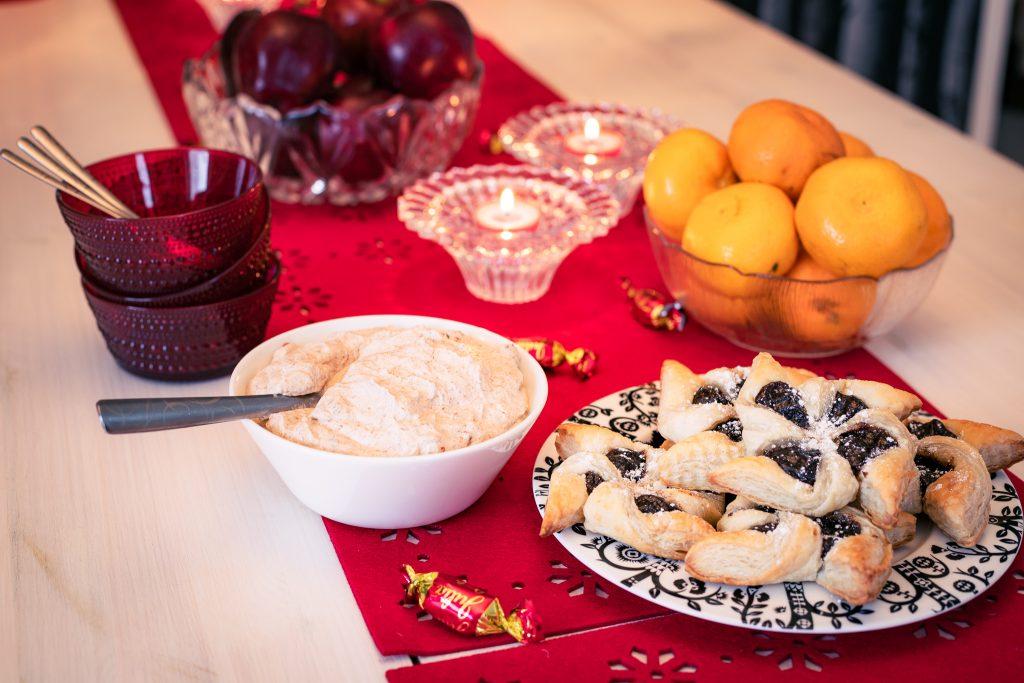 Jouluruuan kruunaa jälkiruuaksi tarjoiltavat jouluomenat, klementiinit ja luumurahka.