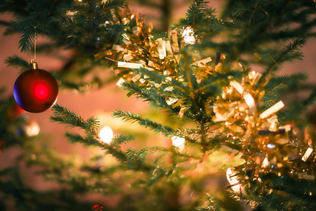 Joulukuusen koristelu on joka vuotinen perinne.