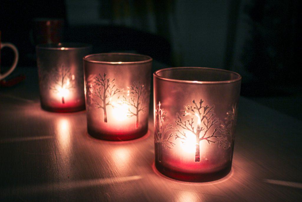 Säihkyvät kynttilät luovat joulun tunnelmaa.