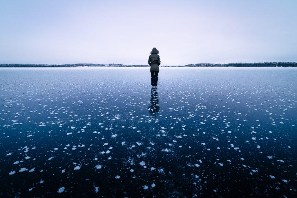 Kuurankukkien täplittämä järvi.