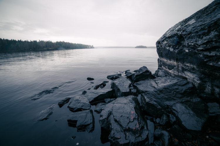 Maisema järvelle kiven vierestä.