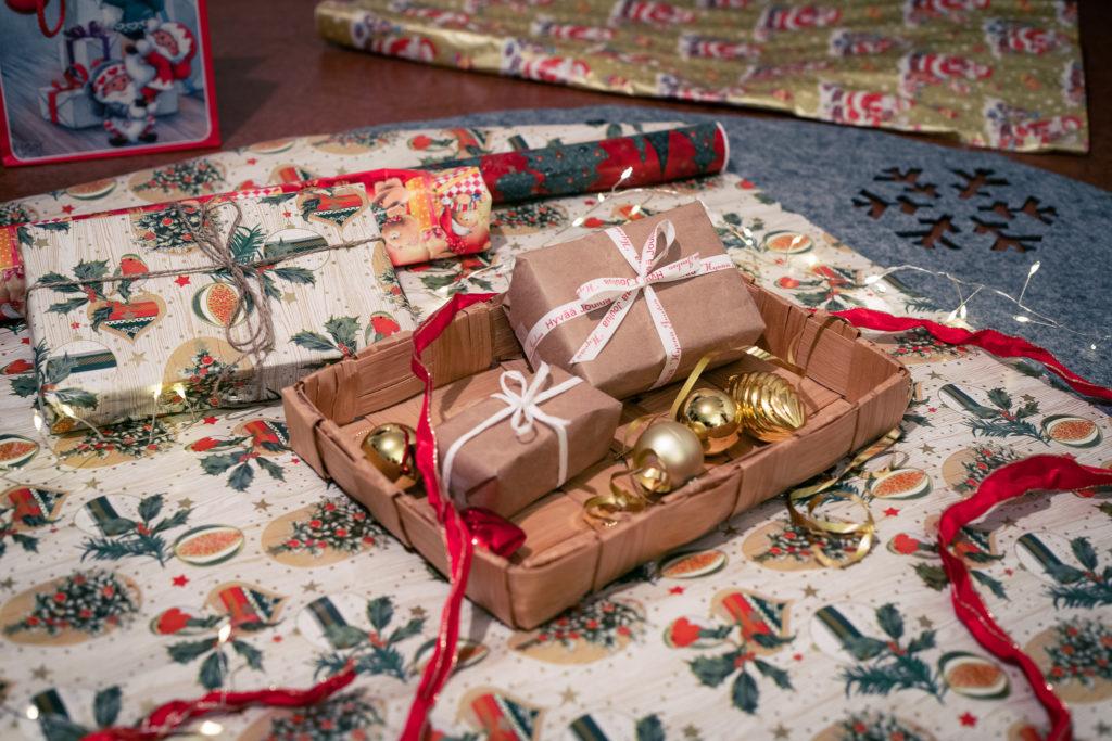 Joululahjojen paketointioperaatio.