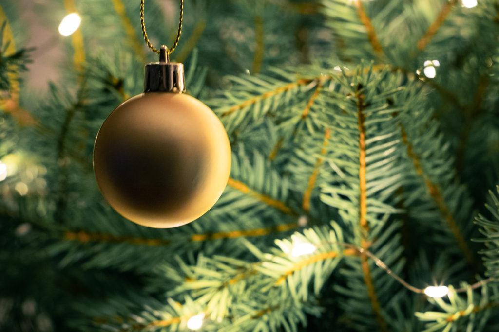 Joulukuusen koristelu.