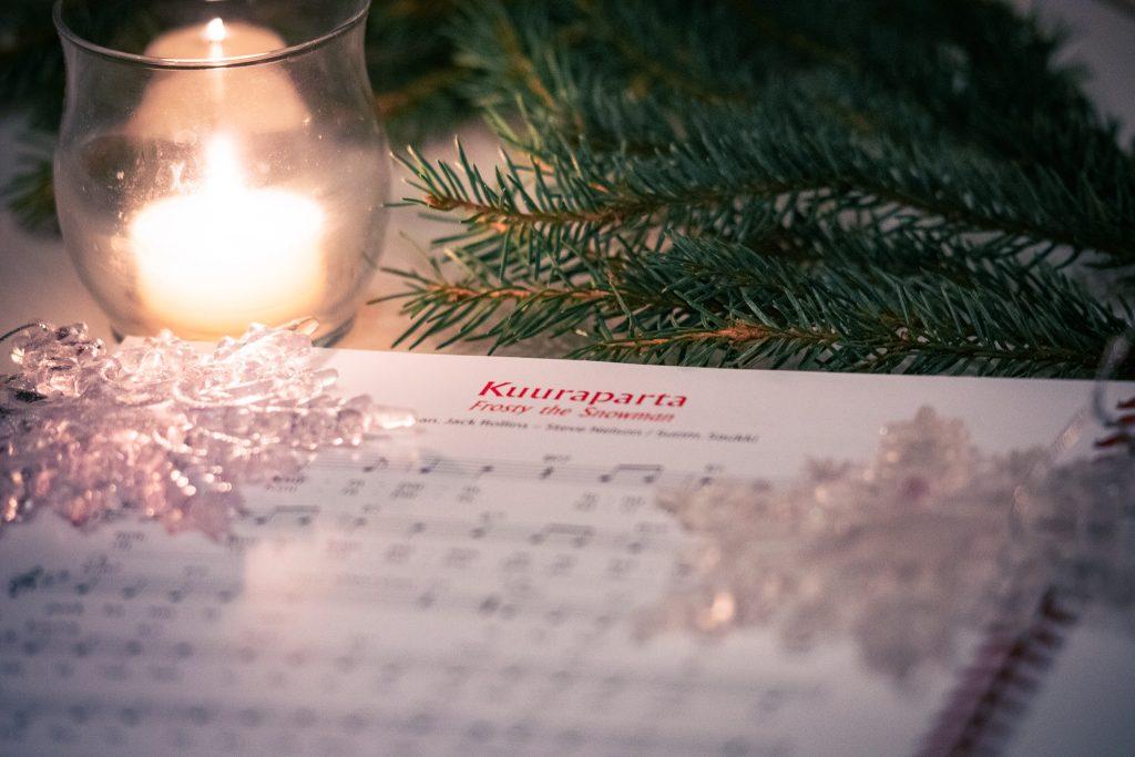 Joululaulu kuuraparta joululaulukirjassa.
