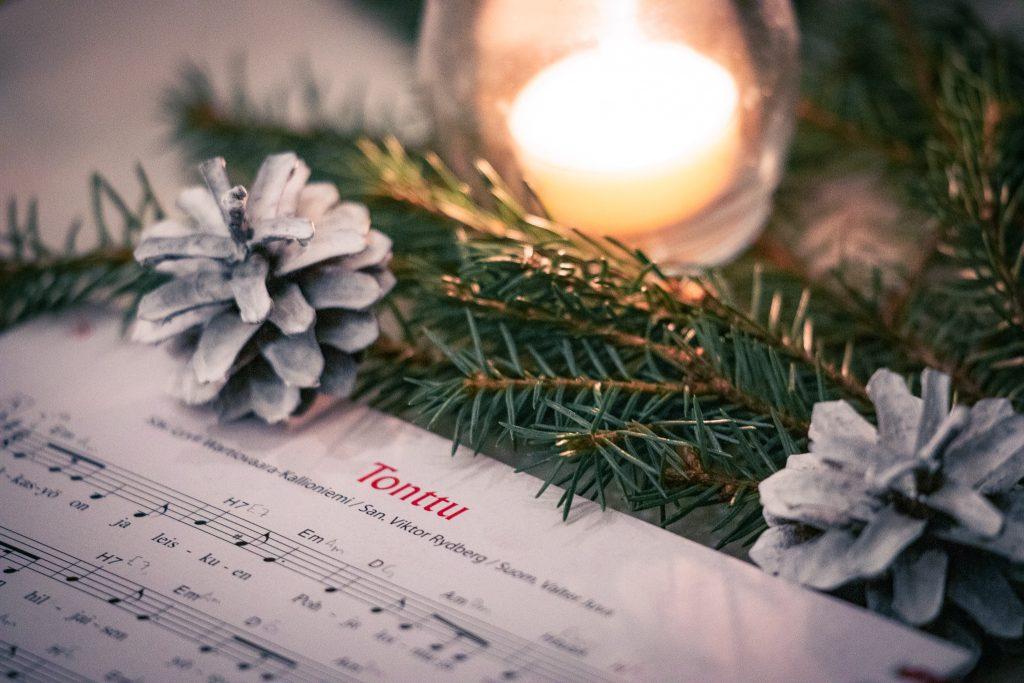 Joululaulu tonttu joululaulukirjassa.
