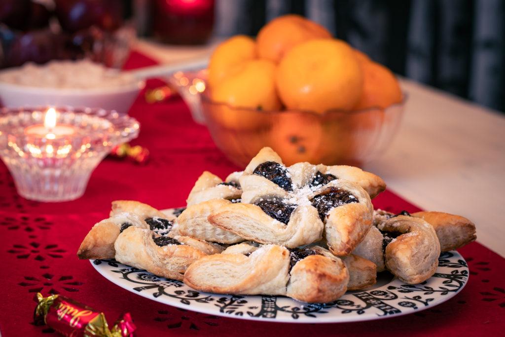 Joulutortut tarjolla jouluruokapöydässä.