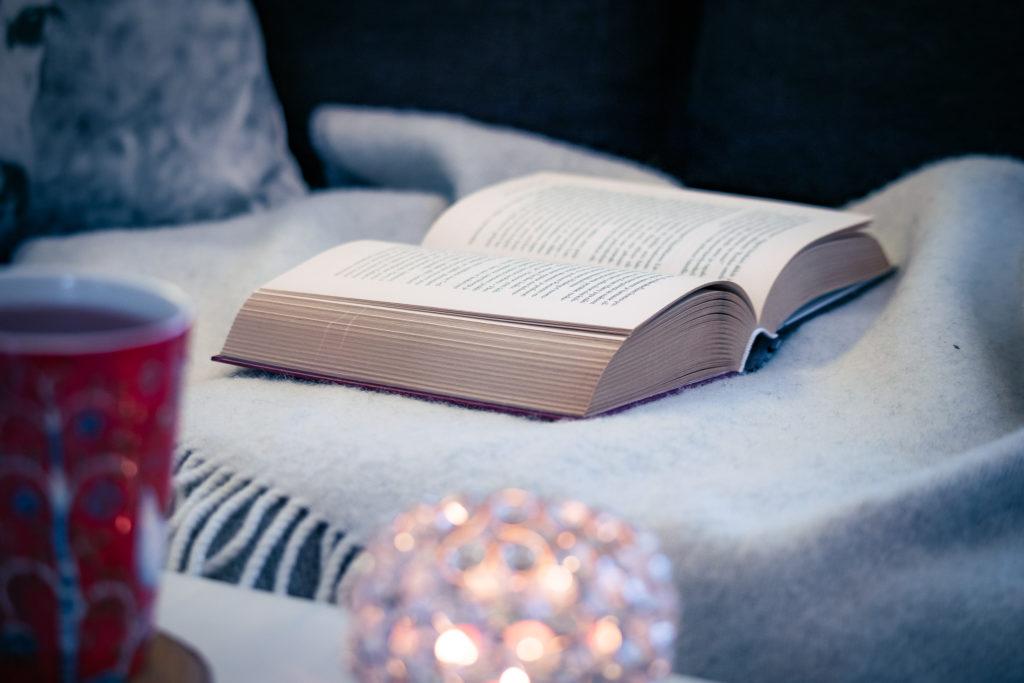 Kirjan lukeminen sohvalla.