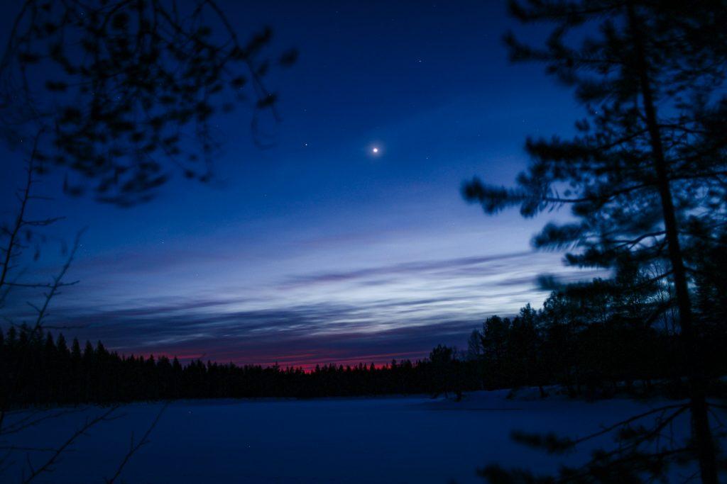 Planeetta loistaa aamun kajossa.