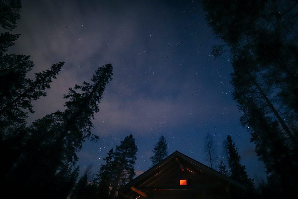 Tähdenlento säihkyy taivaalla.
