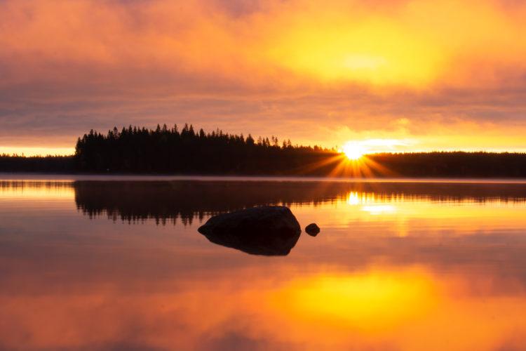 Kaunis auringon nousu ja aamurusko.