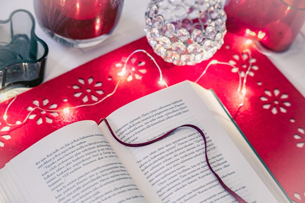 Bookstagram-tyylinen kirjakuva.