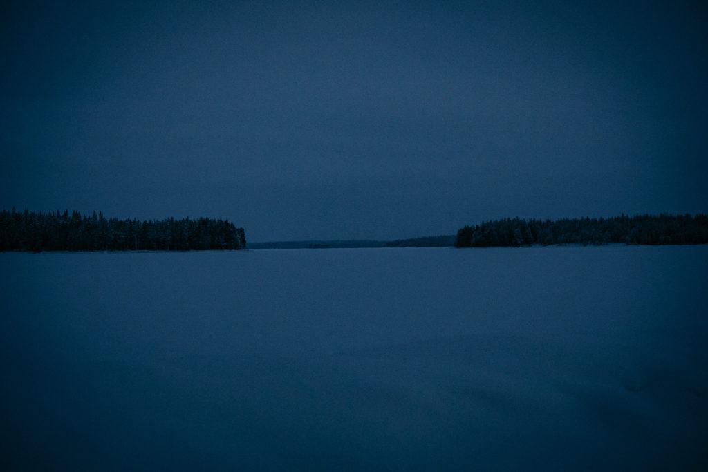 Harmaa talvinen järvimaisema joulukuussa.