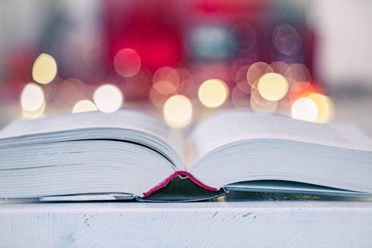 Avonainen kirja ja nätti bokeh.