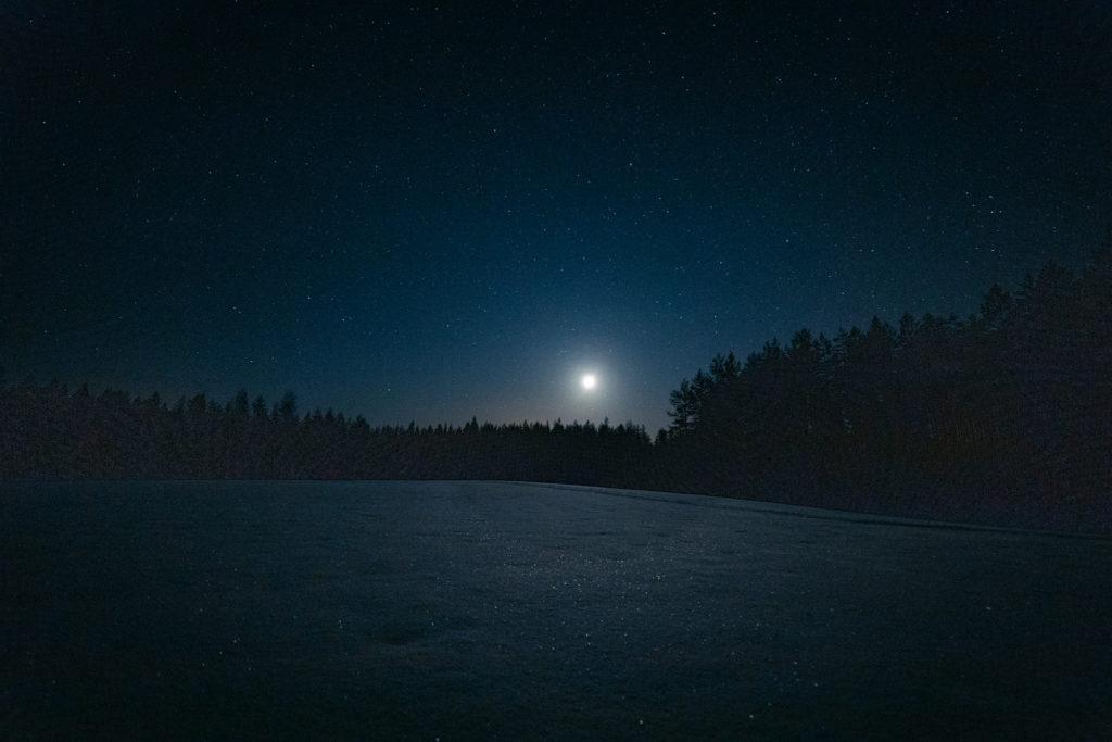 Kaunis öinen kuutamo.