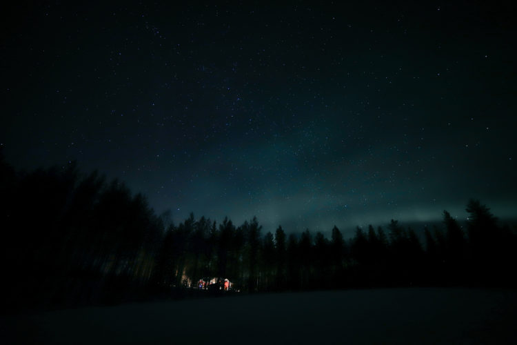Yö taivaalla tanssivat revontulet.