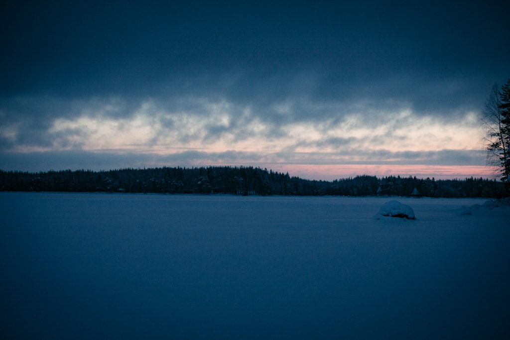 Pilvinen aamurusko talvella.