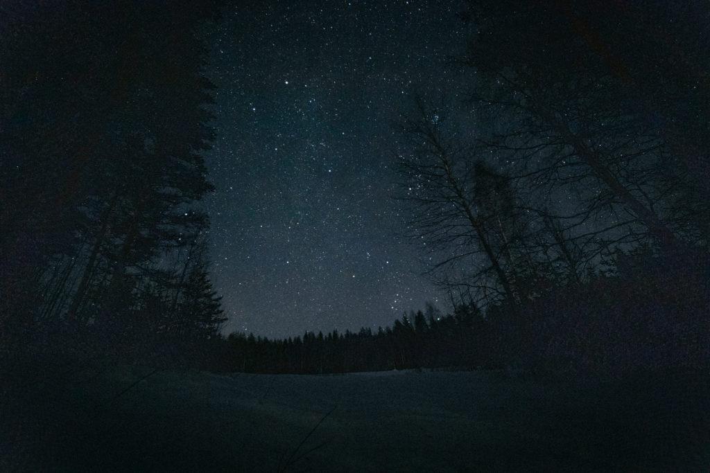 Kauniina säihkyviä tähtiä taivaalla.