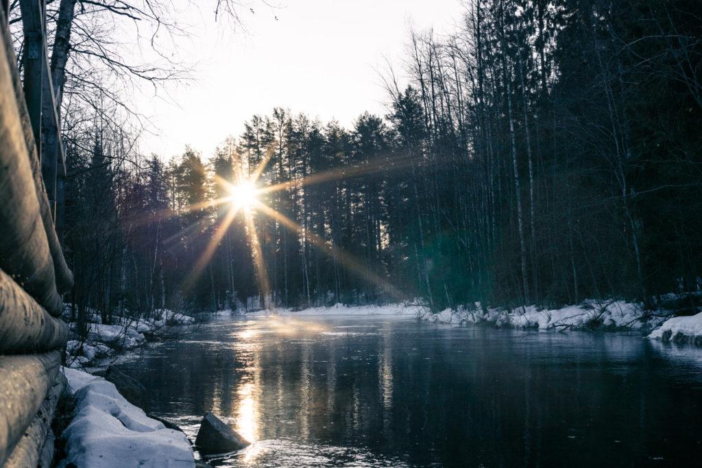 Pakkaspäivän auringonpaiste joella.