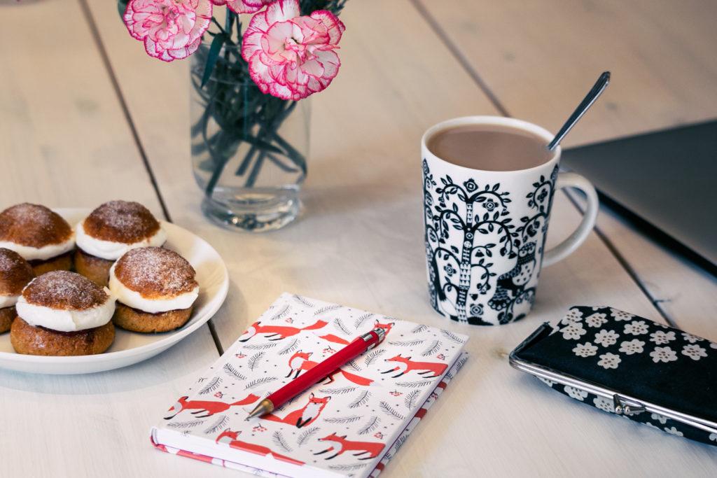Kirjoittajagram kuva vihkosta ja kahvihetkestä.