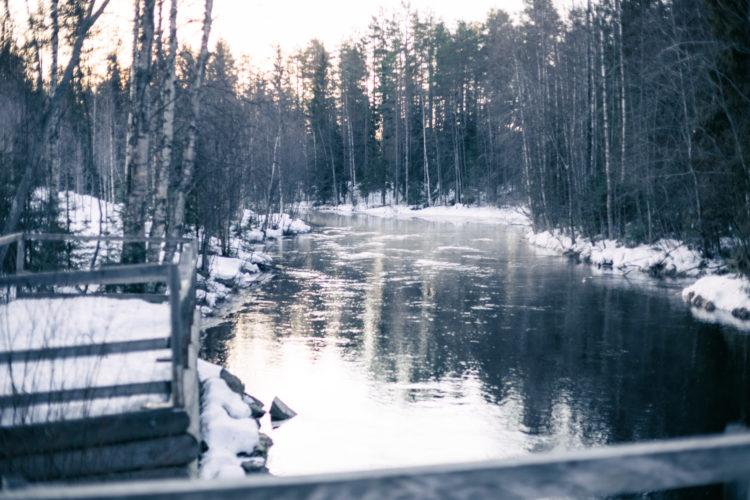 Pakkasusva leijuu joen yllä.