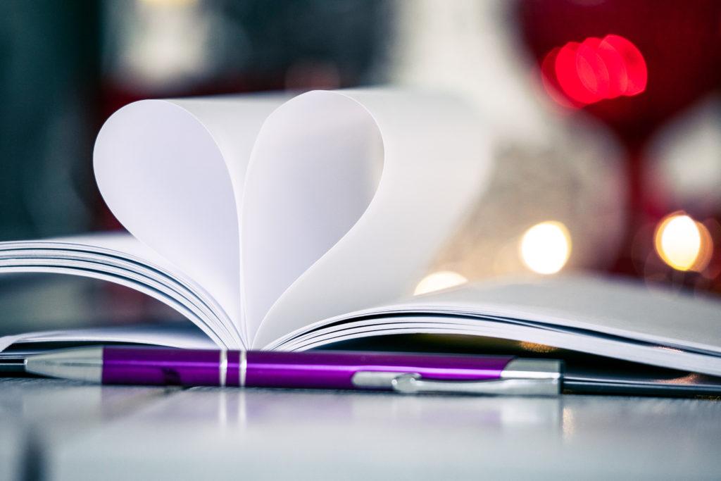 Bookstagram tyylinen sydän kuvio vihkossa.