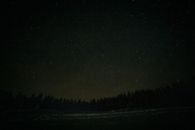 Tähtitaivas pellolla.