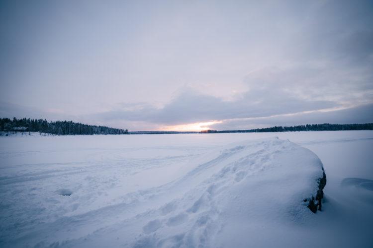 Auringonlasku järvellä.