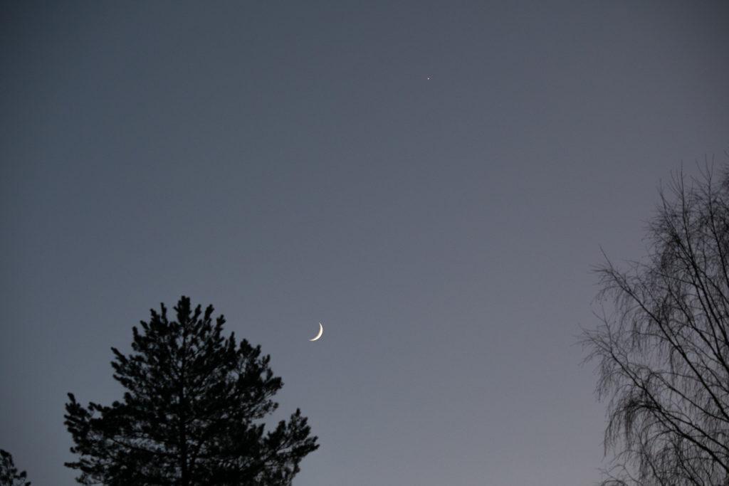 Kuu ja Venus iltataivaalla.
