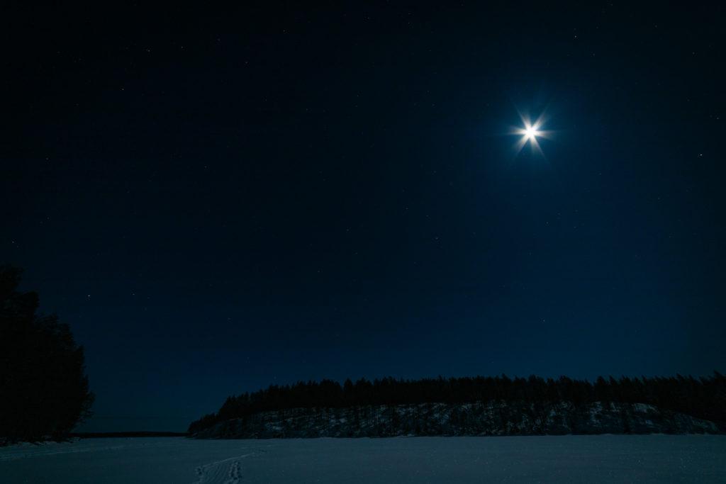 Kuutamo ja tähtitaivas järvenselän yllä.