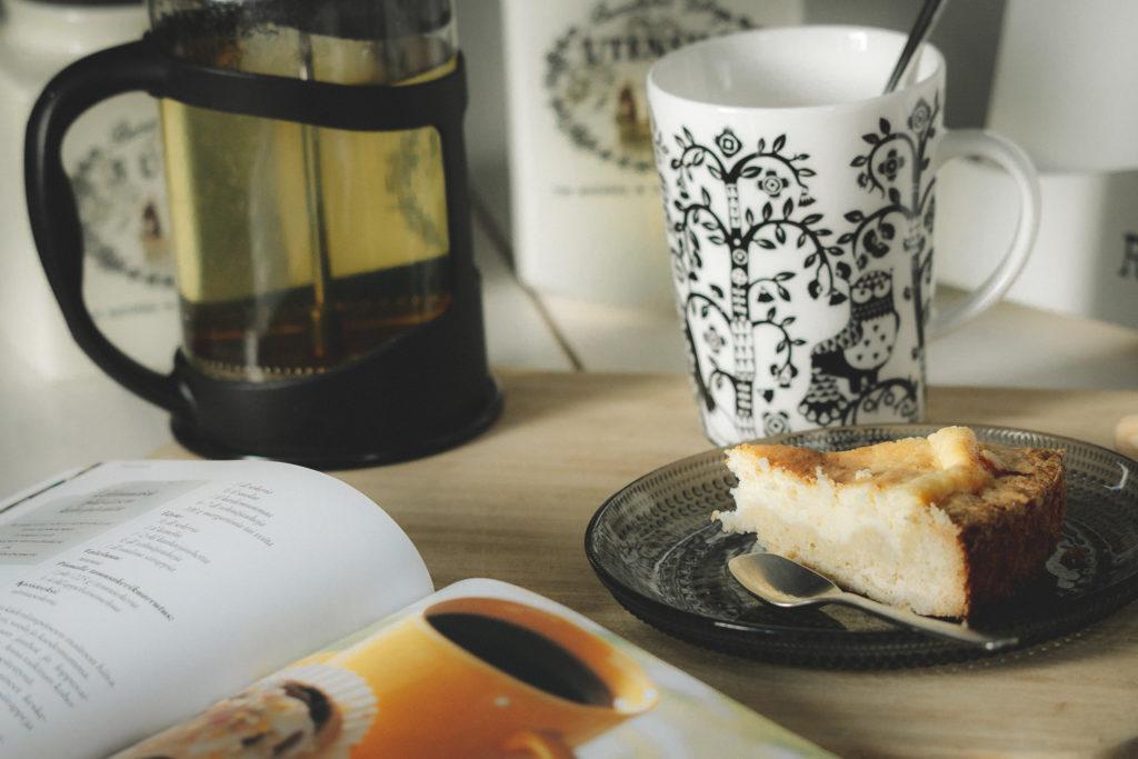 Kakkupalanen ja teekuppi sommitelma.
