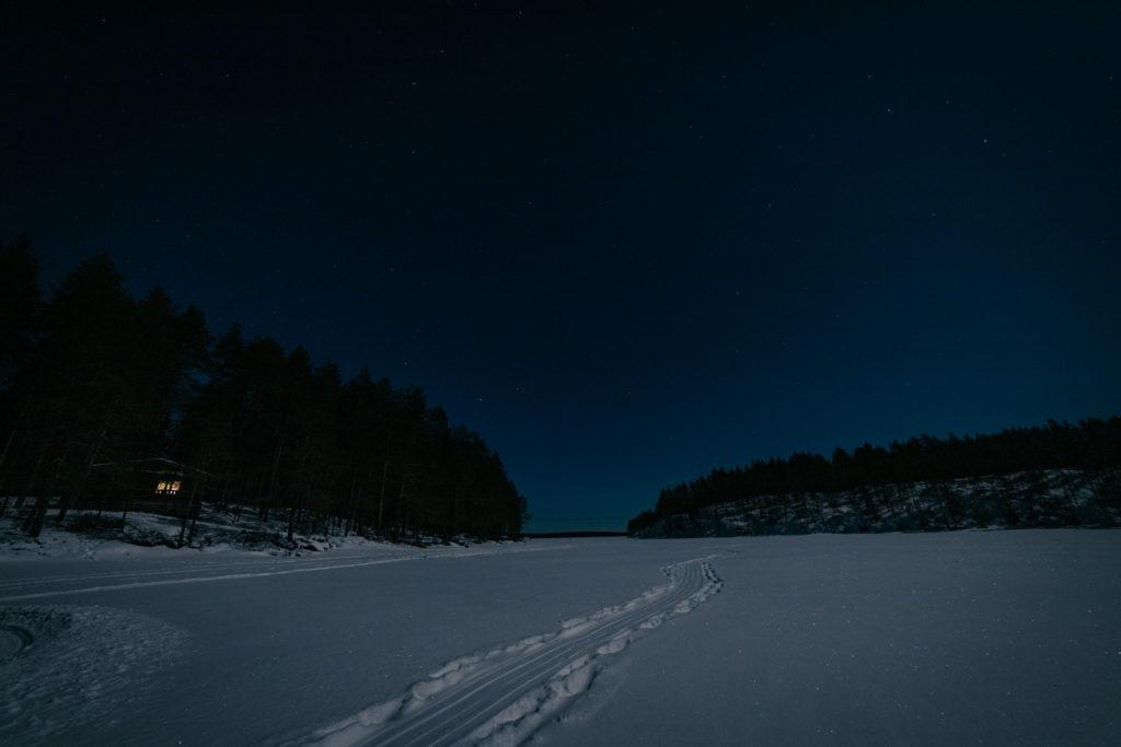 Tähtitaivas järvellä.