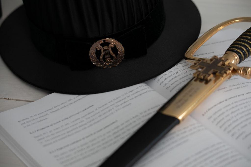 Tohtorin hattu ja miekka.