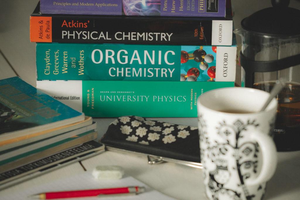 Yliopiston pääsykokeisiin opiskelu.