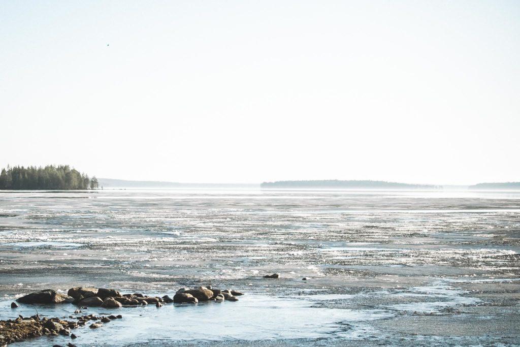 Jäinen järvi toukokuussa.