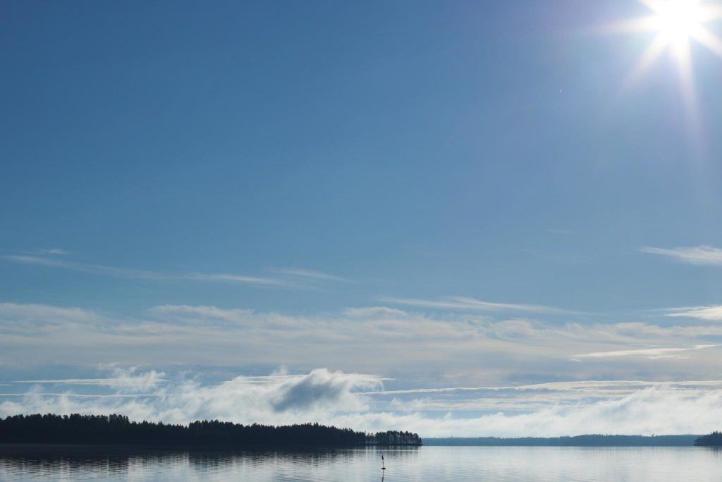 Aurinkoinen järvimaisema.