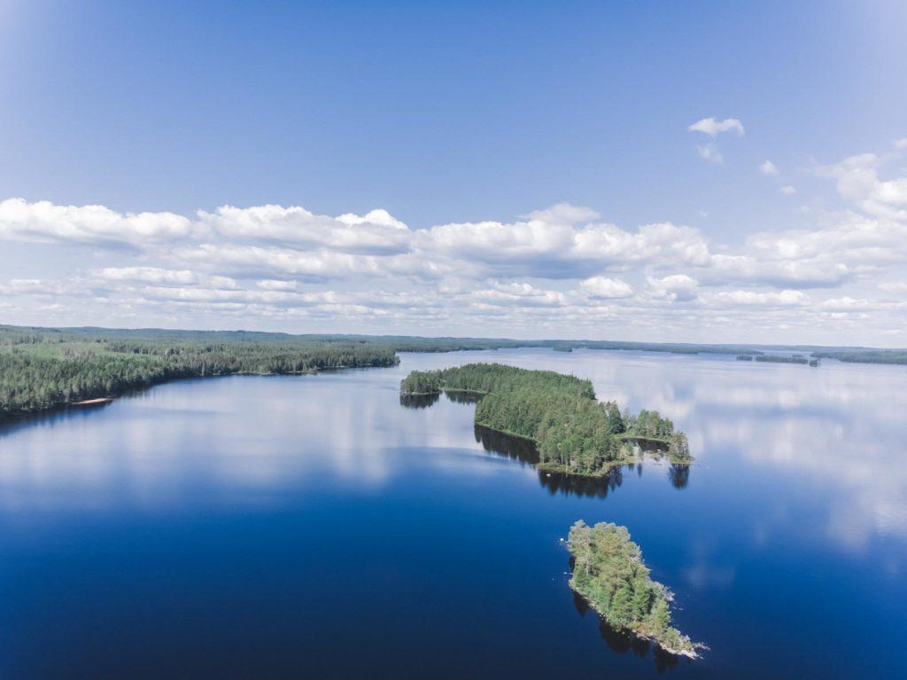 Drone ilmakuva järvestä.