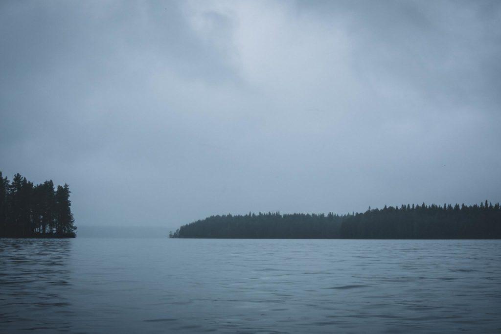 Sateinen ja synkkä järvimaisema.
