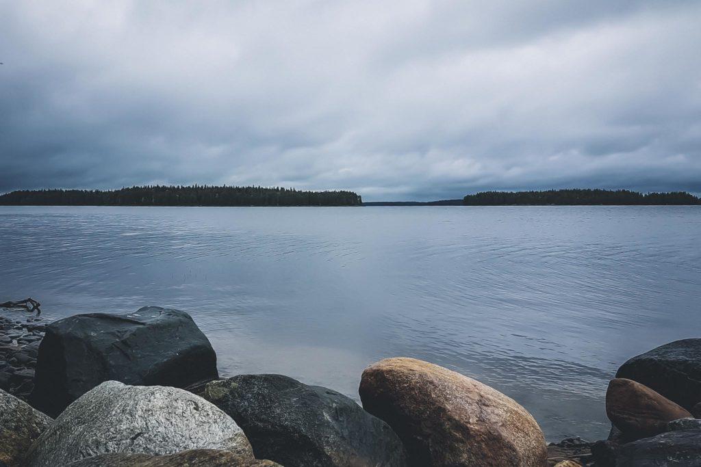 Harmaa ja pilvinen järvimaisema.