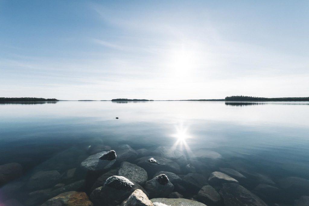 Auringonpaiste järvimaisemassa.