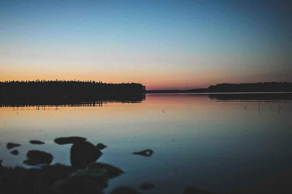 Illan kajoa järvellä.