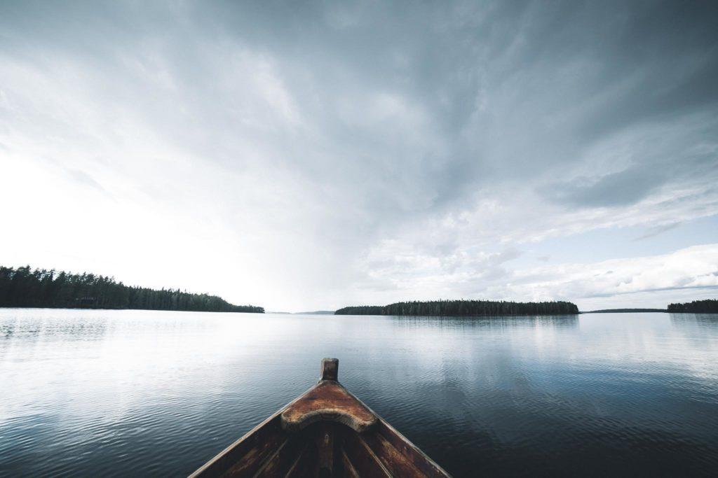 Kalastamassa järvellä sadekuuron noustessa.
