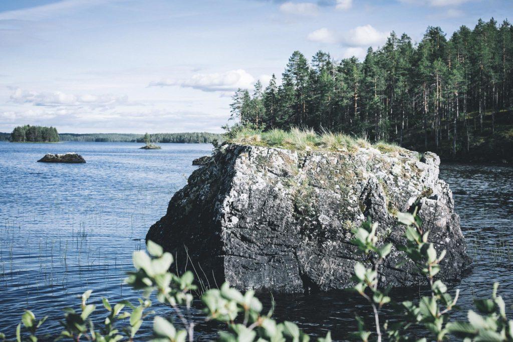 Kivi järvessä.