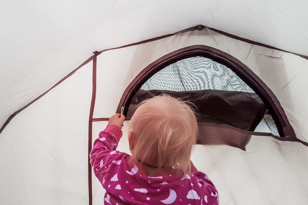 Taaperon kanssa telttailua.