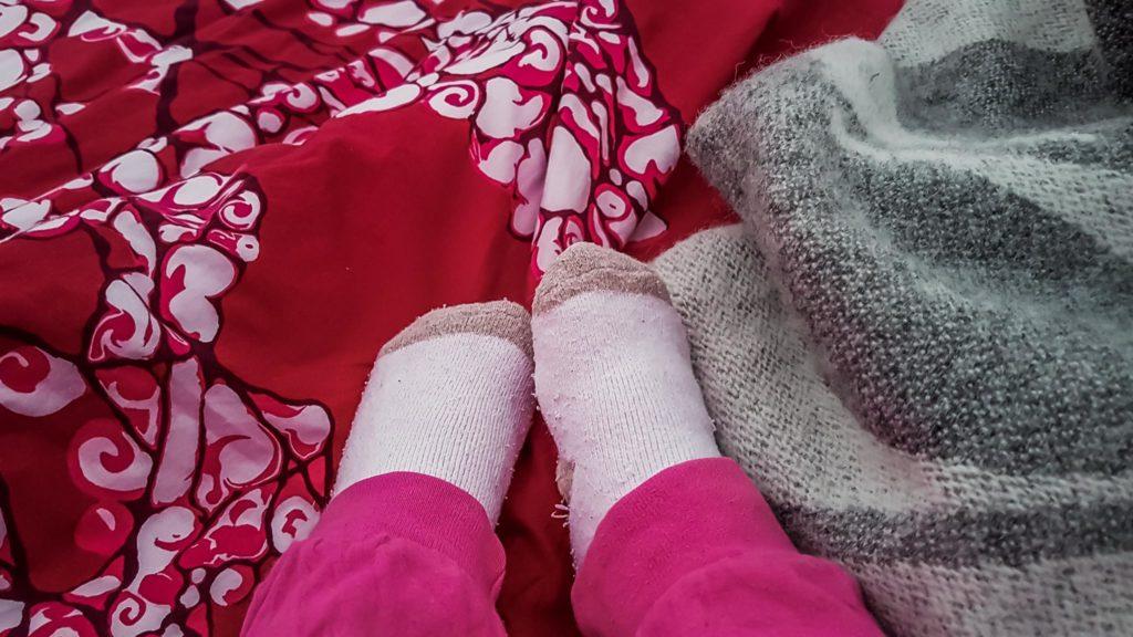 Nukkumaan sukat jalassa.