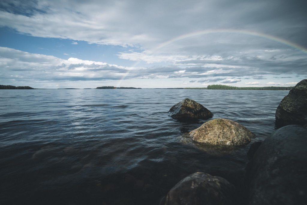 Sateenkaari järvenselän yllä.