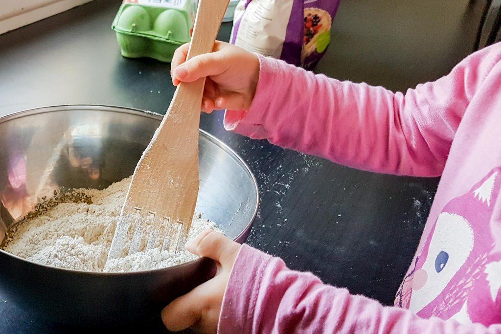 Lasten kanssa keittiöpuuhia.
